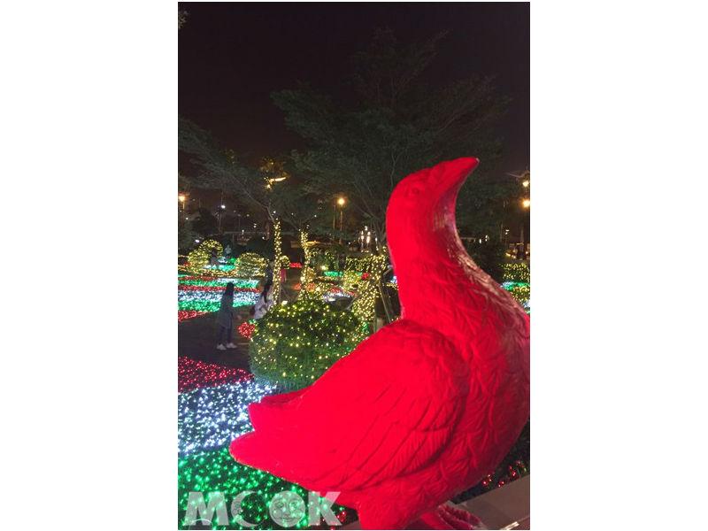 13米聖誕樹場景!米蘭玻璃花窗燈海每晚燈光秀