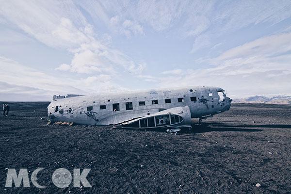 走到厭世也要看!冰島黑沙灘上飛機殘骸